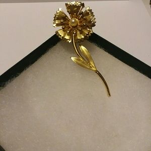 Vintage Gold tone flower pin with pearl in middle